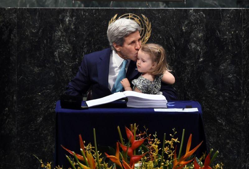 Ngoại trưởng Mỹ đưa cháu ngoại đi ký kết thỏa thuận Paris - ảnh 1