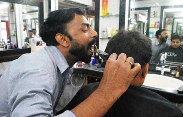 Chàng trai Ấn Độ cắt tóc bằng miệng gây sốt - ảnh 1
