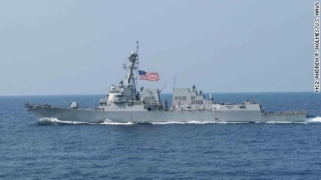 Tàu Mỹ đối đầu máy bay, tàu chiến Trung Quốc khi áp sát đảo nhân tạo - ảnh 1