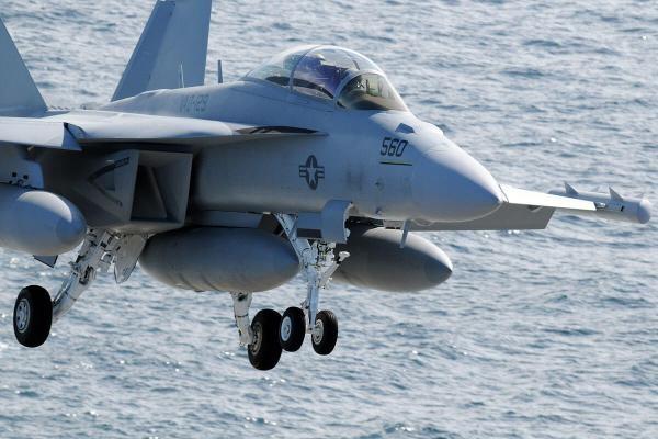 Máy bay Mỹ hư hỏng khi hạ cánh ở Biển Đông - ảnh 1