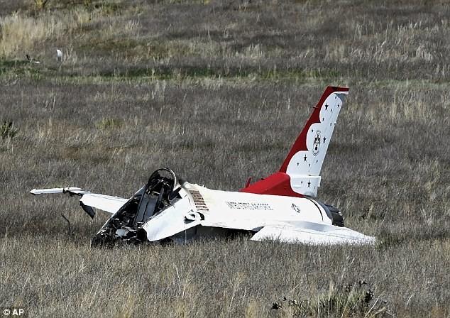 Máy bay rơi khi biểu diễn trước mắt Tổng thống Obama - ảnh 2
