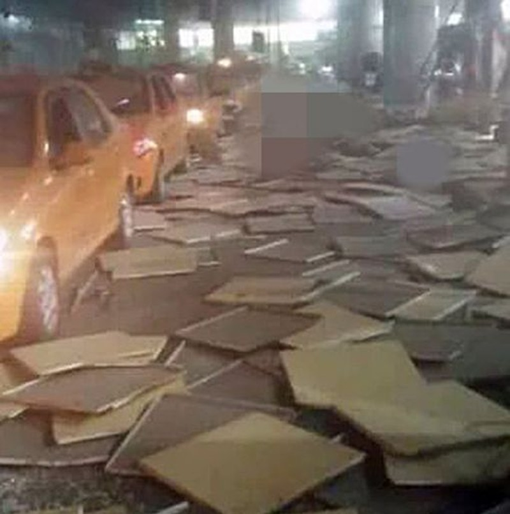 cảnh tượng hoang tàn của sân bay Istanbul