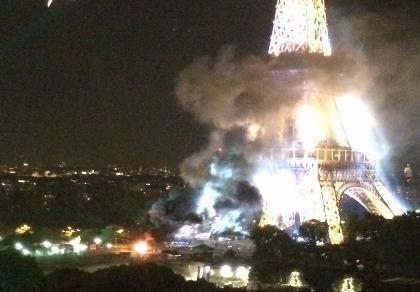tháp Eiffel bốc khói đen
