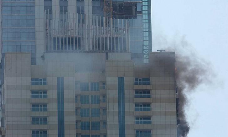 Tòa chung cư 75 tầng ở Dubai bốc cháy ngùn ngụt - ảnh 9