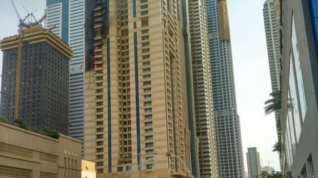 Tòa chung cư 75 tầng ở Dubai bốc cháy ngùn ngụt - ảnh 2