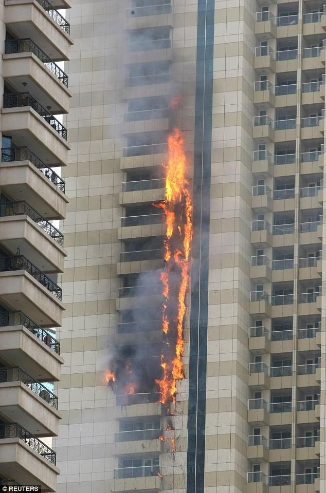 tòa tháp 75 tầng bốc cháy ở Dubai
