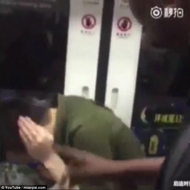 Nam thanh niên Trung Quốc bị bạt tai