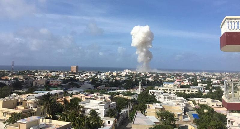 Cột khói dày đặc bốc lên từ hiện trường nổ bom xe. Ảnh: Twtter