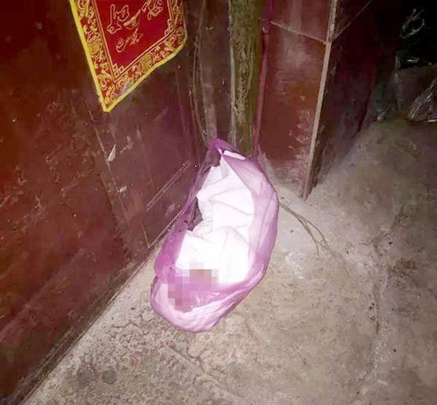 bà mẹ Trung Quốc bỏ con trong túi nilon