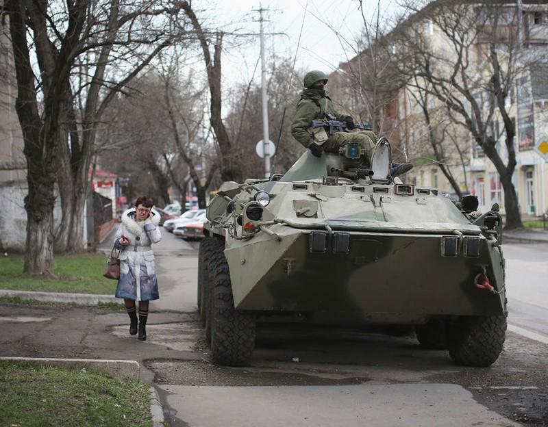 Xe tăng Nga bên ngoài căn cứ quân sự Ukraine