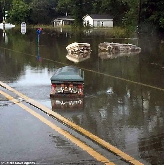 quan tài trôi nổi sau mưa lũ kinh hoàng ở Mỹ