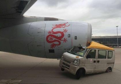 xe tải đâm vào máy bay ở Hong Kong
