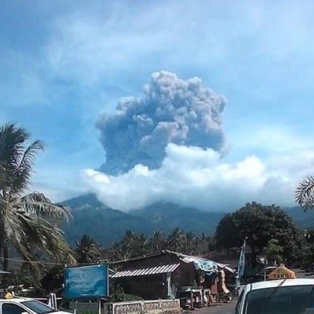 Núi lửa Barujari phun trào