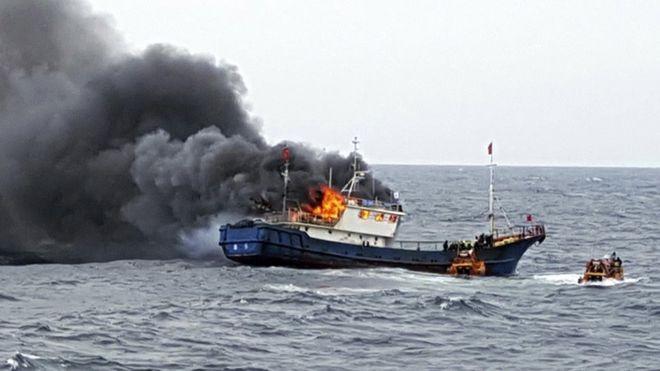 Tàu cá Trung Quốc bốc cháy