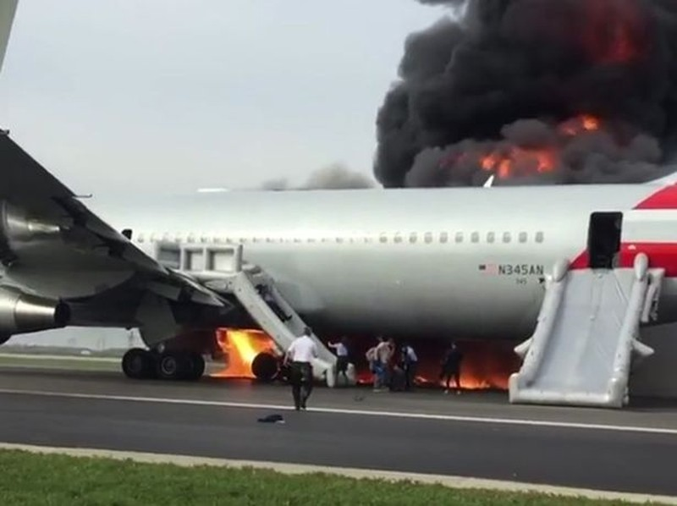 Phi cơ Mỹ bốc cháy trên đường băng, 20 người bị thương - ảnh 2
