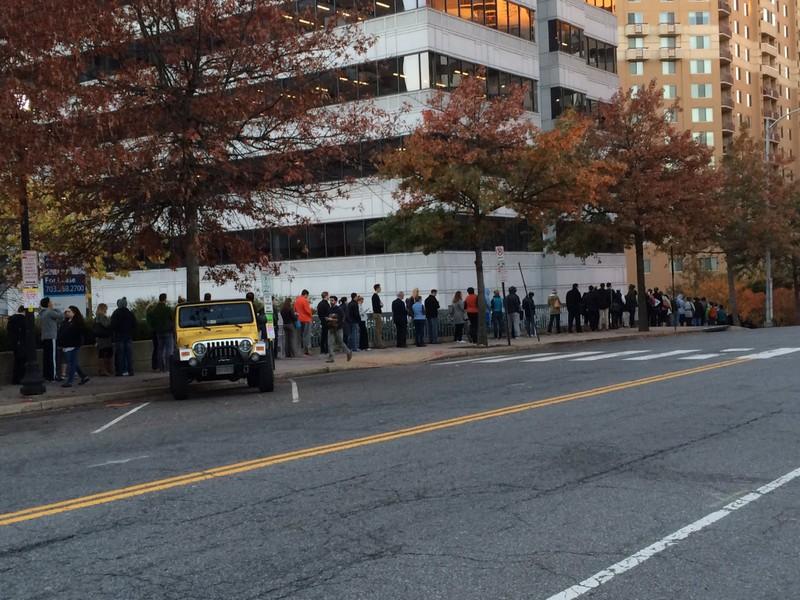 Dân Mỹ xếp hàng bỏ phiếu