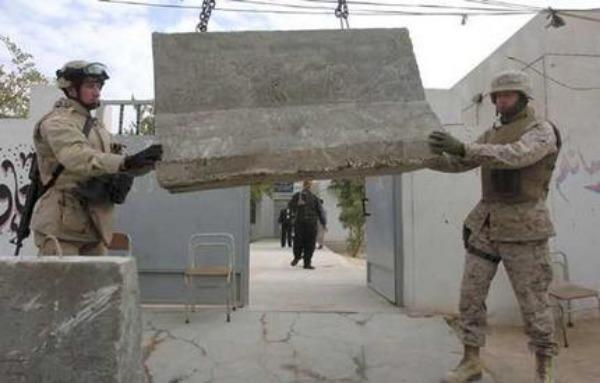 binh sĩ Mỹ khiêng rào chắn bê tông