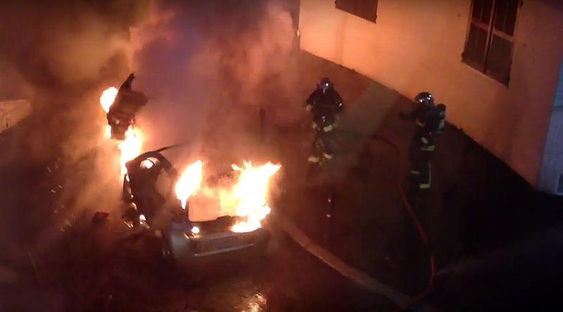 650 xe hơi bị thiêu rụi trong đêm giao thừa ở Pháp - ảnh 1