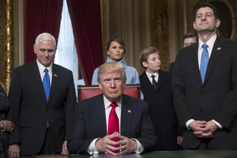 Trump ký sắc lệnh đầu tiên chống Obamacare - ảnh 1