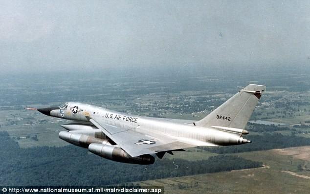 Không quân Mỹ dùng gấu thử nghiệm ghế thoát hiểm - ảnh 1