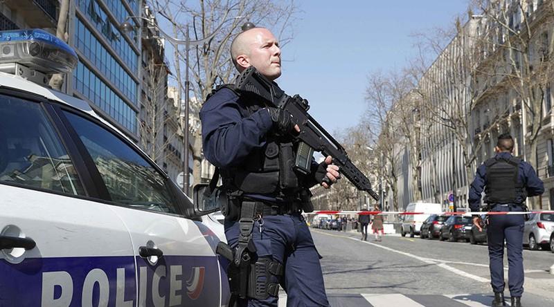 Nổ bom thư, xả súng tại Pháp - ảnh 1