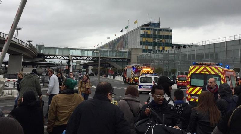 Binh sĩ bị cướp súng, sân bay ở Pháp sơ tán khẩn  - ảnh 1