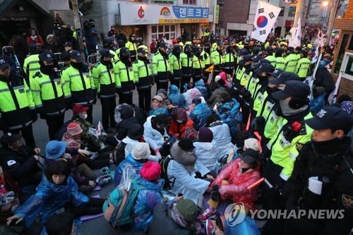 2.000 cảnh sát bảo vệ phiên điều trần bà Park Geun-hye - ảnh 2