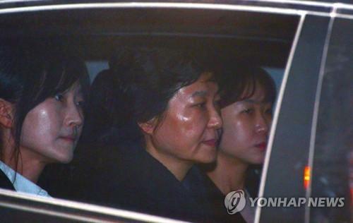 Cựu Tổng thống Hàn Quốc chính thức bị bắt giam - ảnh 1
