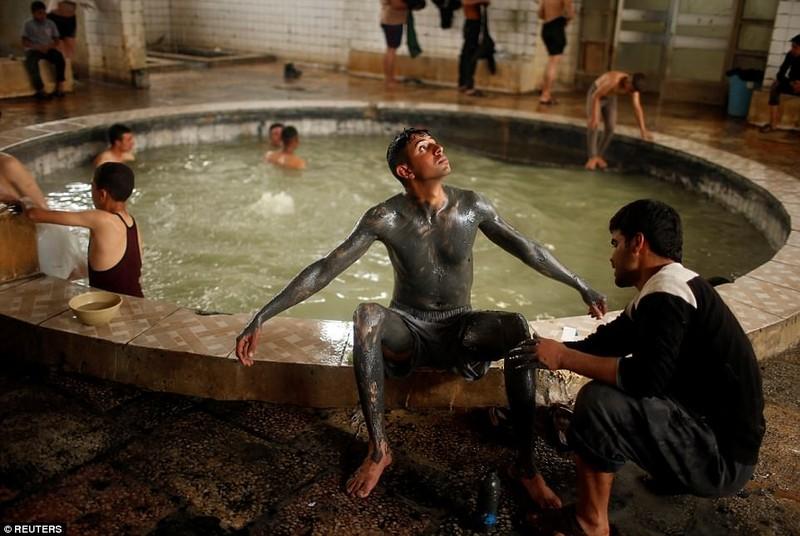 Spa nước nóng của quân Iraq giữa chiến trường Mosul - ảnh 4