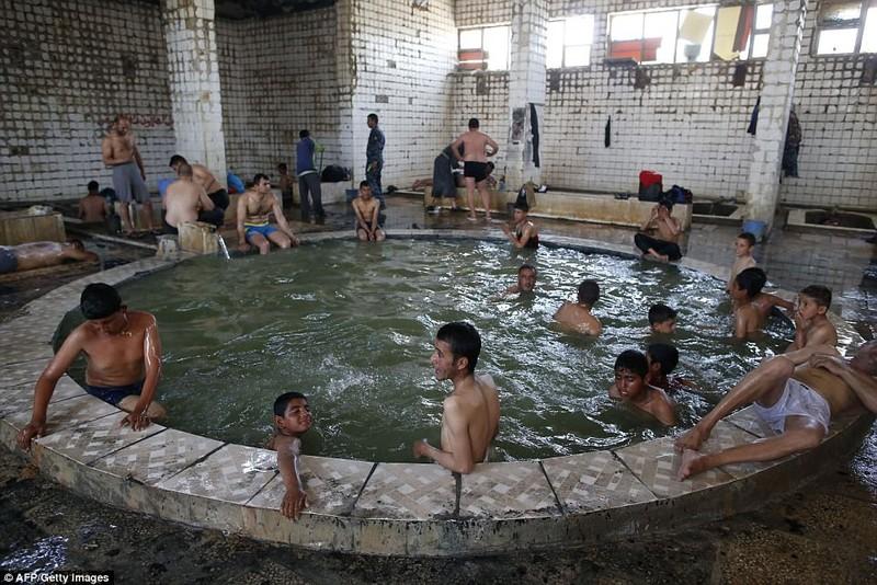 Spa nước nóng của quân Iraq giữa chiến trường Mosul - ảnh 1