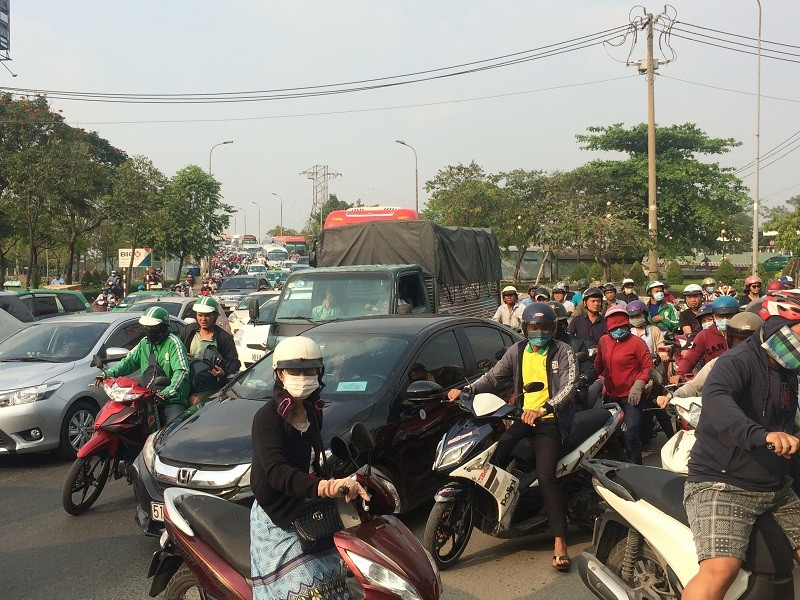 Kẹt kinh hoàng, nhiều người đi bộ vào Bến xe Miền Đông - ảnh 1