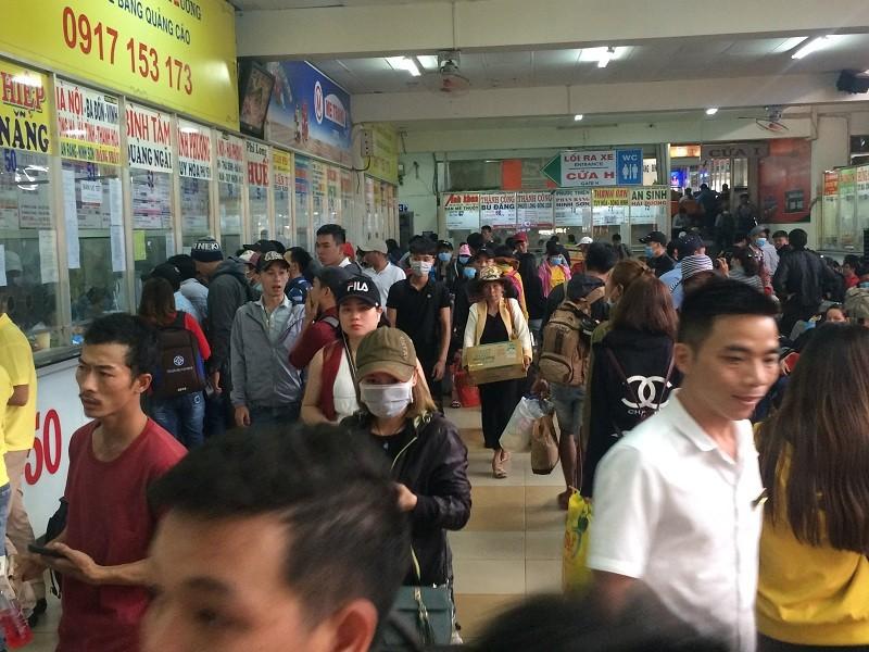 Kẹt kinh hoàng, nhiều người đi bộ vào Bến xe Miền Đông - ảnh 3