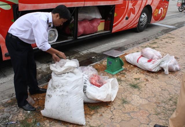 Xe khách lộng hành chở thực phẩm bẩn - ảnh 1