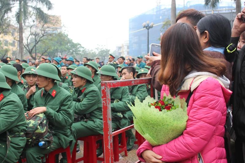 Lưu luyến tiễn người yêu nhập ngũ trong lễ Tình nhân - ảnh 13