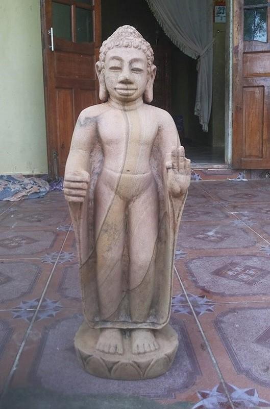 Phát hiện bức tượng bằng đá nguyên khối nghi là cổ vật - ảnh 1