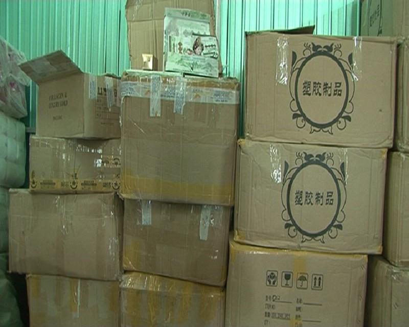 Phát hiện hàng trăm chai mỹ phẩm không rõ nguồn gốc - ảnh 1