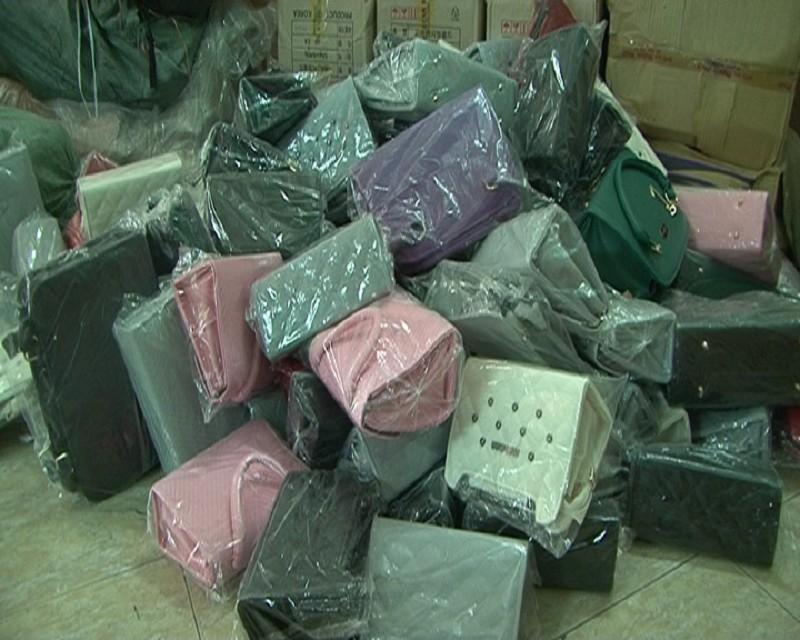 Phát hiện hàng trăm chai mỹ phẩm không rõ nguồn gốc - ảnh 2