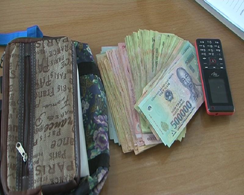 Tên trộm túi xách bị hàng chục người dân vây bắt - ảnh 2