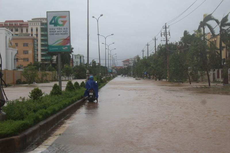 Chùm ảnh: Quảng Bình tan hoang sau bão số 10 - ảnh 10