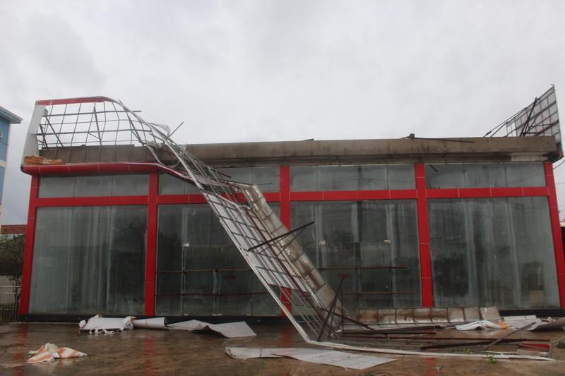 Chùm ảnh: Quảng Bình tan hoang sau bão số 10 - ảnh 2