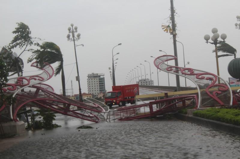 Chùm ảnh: Quảng Bình tan hoang sau bão số 10 - ảnh 5