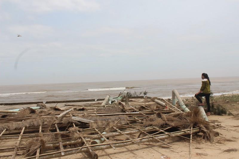 Phóng sự ảnh: Làng biển Quảng Bình xác xơ sau bão - ảnh 14