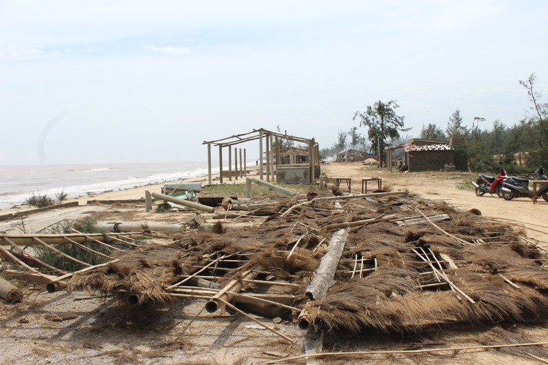 Phóng sự ảnh: Làng biển Quảng Bình xác xơ sau bão - ảnh 2