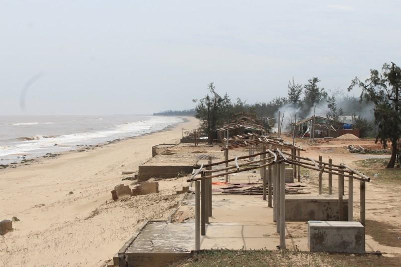 Phóng sự ảnh: Làng biển Quảng Bình xác xơ sau bão - ảnh 3