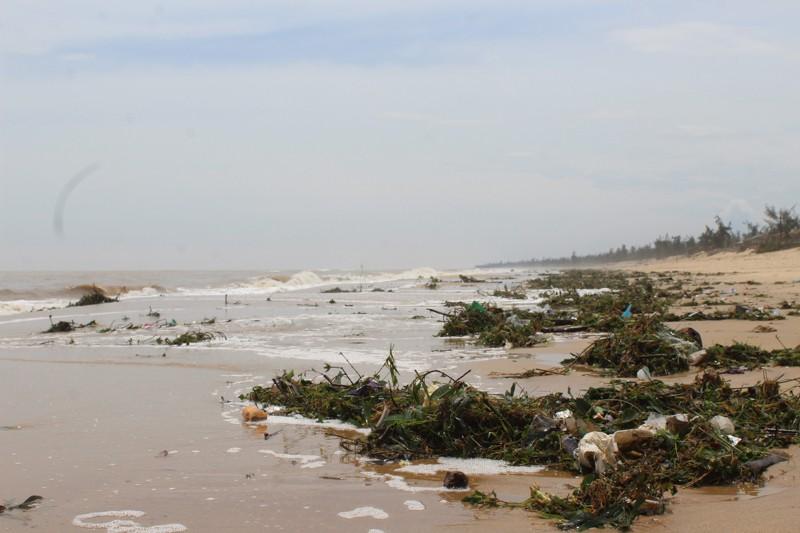 Phóng sự ảnh: Làng biển Quảng Bình xác xơ sau bão - ảnh 13