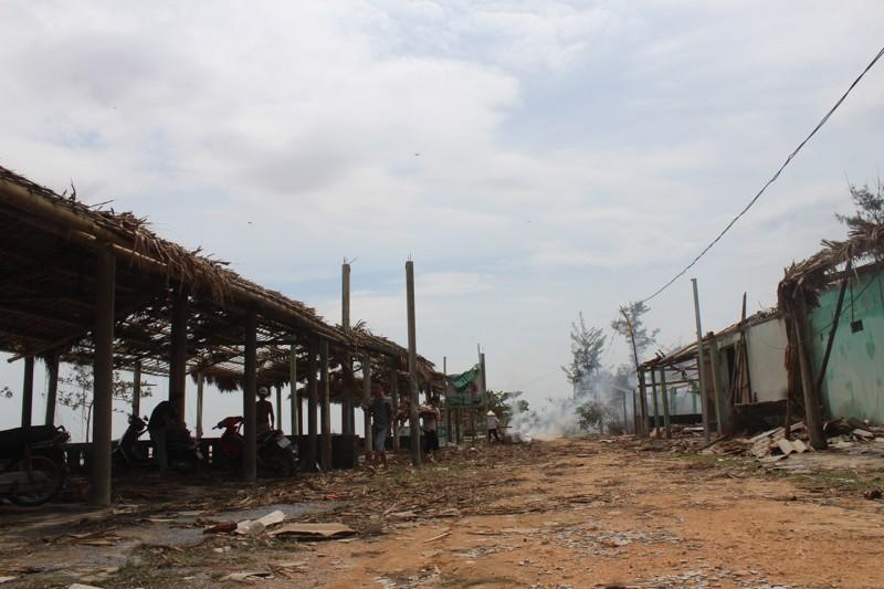 Phóng sự ảnh: Làng biển Quảng Bình xác xơ sau bão - ảnh 12