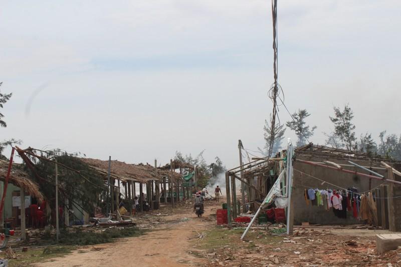 Phóng sự ảnh: Làng biển Quảng Bình xác xơ sau bão - ảnh 1