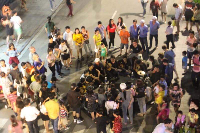 'Phố Tây' Huế hút khách đêm khai trương phố đi bộ - ảnh 10