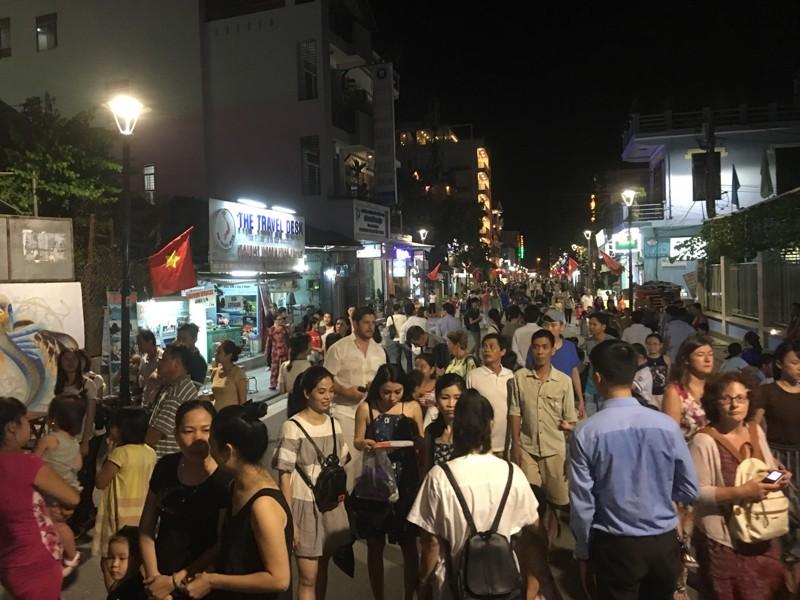 'Phố Tây' Huế hút khách đêm khai trương phố đi bộ - ảnh 11