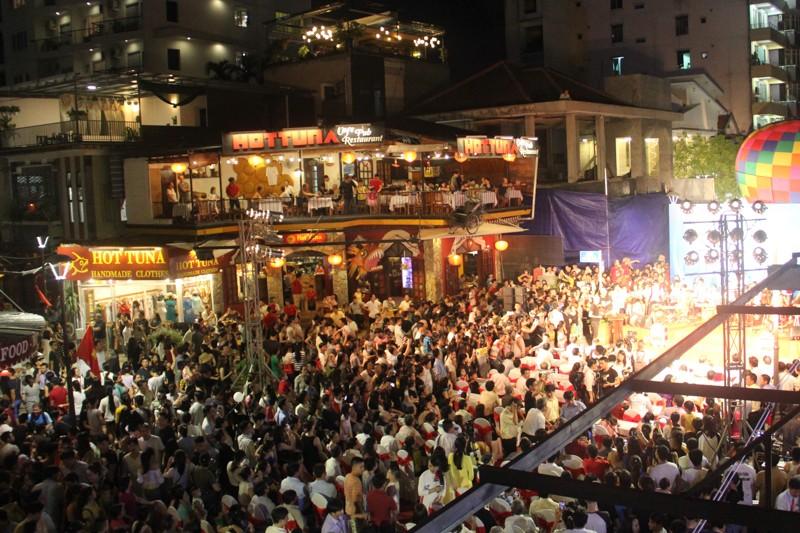 'Phố Tây' Huế hút khách đêm khai trương phố đi bộ - ảnh 4